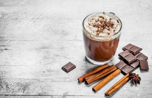 Горячий шоколад с зефиром и корицей.