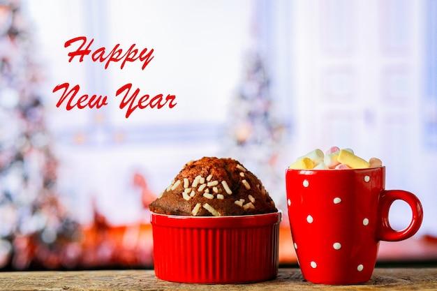クリスマスのお菓子とマシュマロのホットチョコレートココアとマシュマロのカップケーキ
