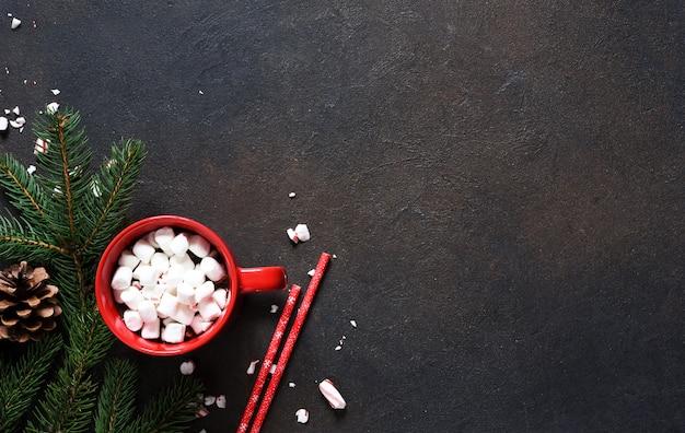 마시멜로와 핫 초콜릿. 뜨거운 겨울 음료. 새해 장식.