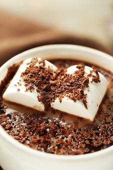 Горячий шоколад с зефиром в кружке, крупным планом