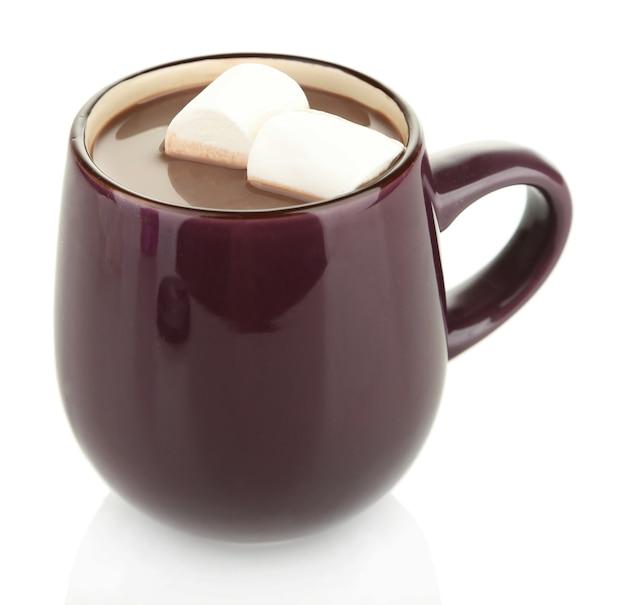 Горячий шоколад с зефиром в кружке, изолированные на белом