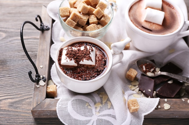 머그에 마시멜로가 있는 핫 초콜릿, 트레이, 색상 나무 배경
