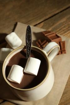 Горячий шоколад с зефиром в кружке,