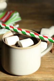 나무 배경에 마시멜로와 핫 초콜릿