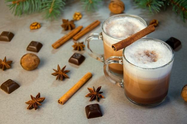 Горячий рождественский напиток из какао-кофе в маленькой прозрачной чашке