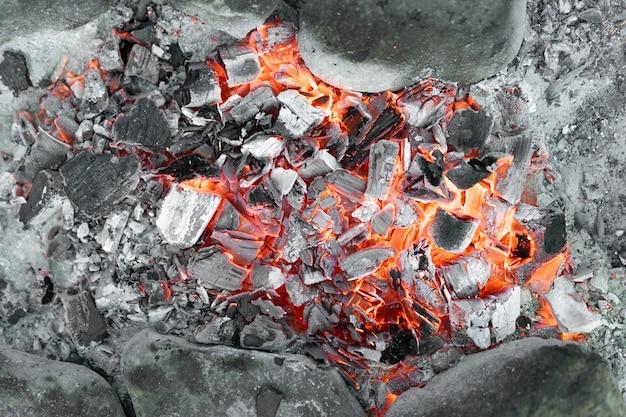 불타는 화재로 인한 뜨거운 석탄