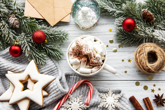 ホットココアとクリスマスデコレーション