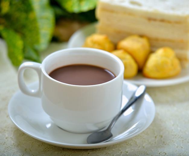 Горячий какао и бутерброд для завтрака