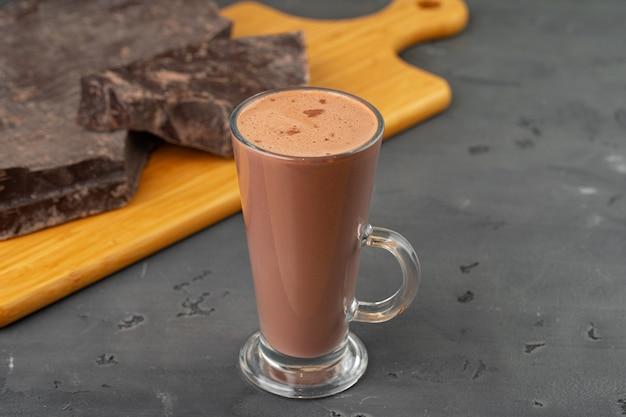 ガラスカップとチョコレートバーのホットココアドリンク
