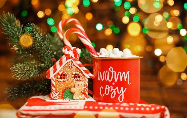 Горячий какао-напиток с зефиром красная кружка с горячим шоколадом