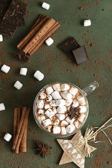 ホットココアまたはチョコレート、マシュマロ、アニス、シナモン、チョコレートのかけら。クリスマスと新年の飲み物。
