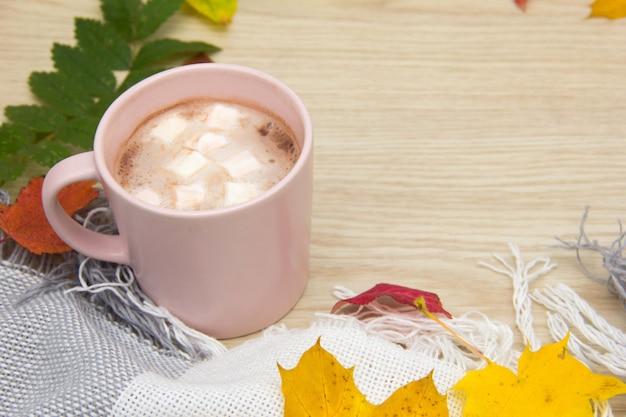 Горячий какао или горячий шоколад с зефиром желтые листья