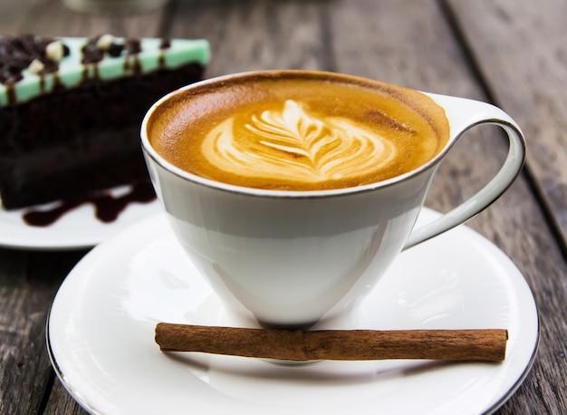 カフェショップでホットコーヒーとケーキ