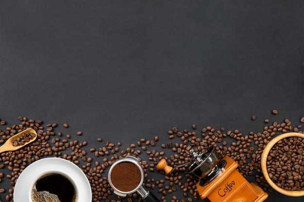 흰색 테이블 배경에 뜨거운 커피, 콩 및 손 분쇄기. 텍스트를위한 공간. 평면도