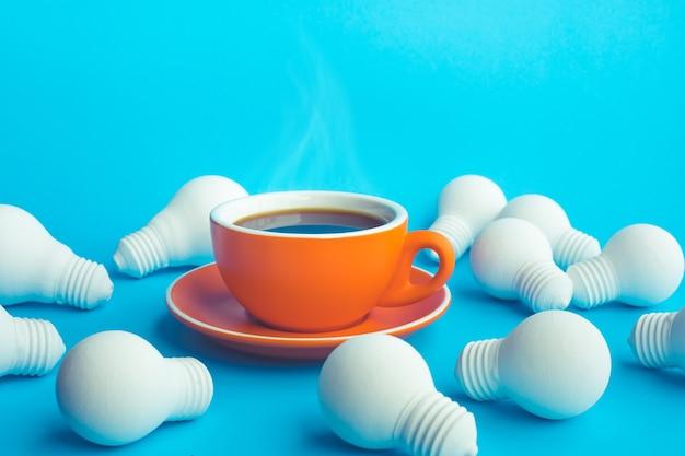 青のホットコーヒーカップと電球