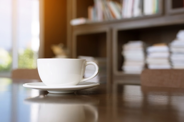 Чашка горячего кофе латте искусство с ложкой подавать готовые пить в кафе на деревянном столе кофейня.