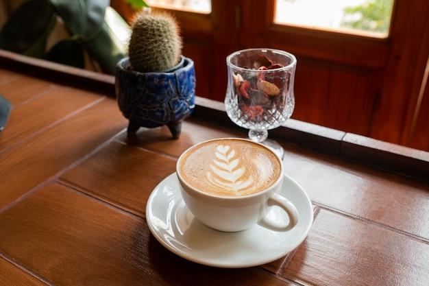 朝のテーブルの上のホットコーヒーカップ、リラックスタイム、ラテコーヒー