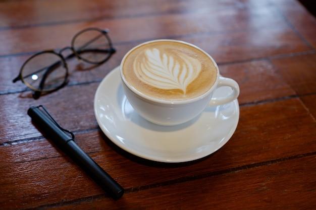 Чашка горячего кофе на столе утром, время расслабления, кофе латте