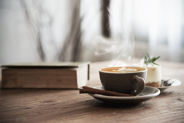 ホットコーヒーカップを木製のテーブルの上に設定