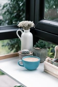 サボテンと陶器装飾品のホットコーヒーカップ
