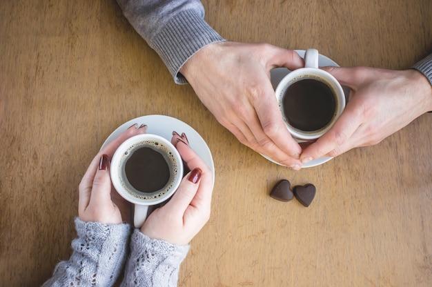 Горячий кофе в руках. напитки. выборочный фокус.