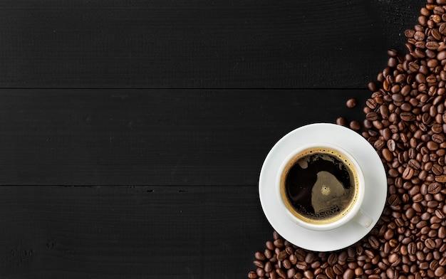 黒い木の上のホットコーヒー