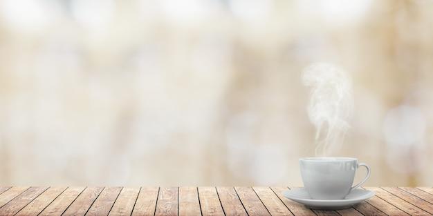 冬の背景のテーブルの上のホットコーヒー