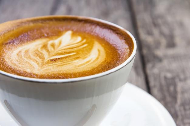 テーブルのホットコーヒー