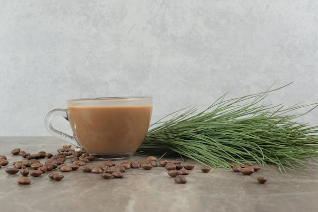 大理石のテーブルの上のホットコーヒー、松草、コーヒー豆