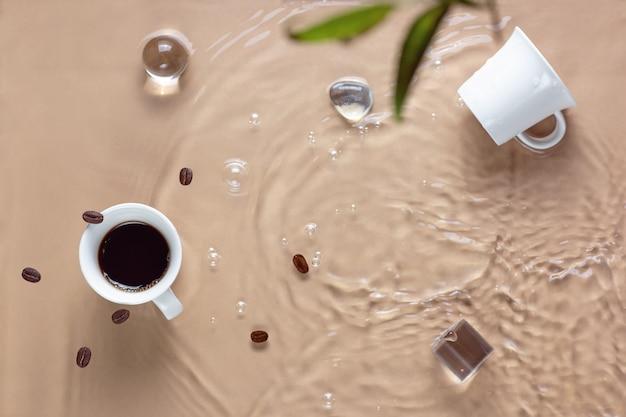 Горячий кофе в чашке, воде и зернах