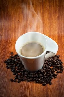 煙とコーヒーと豆の熱い一杯。