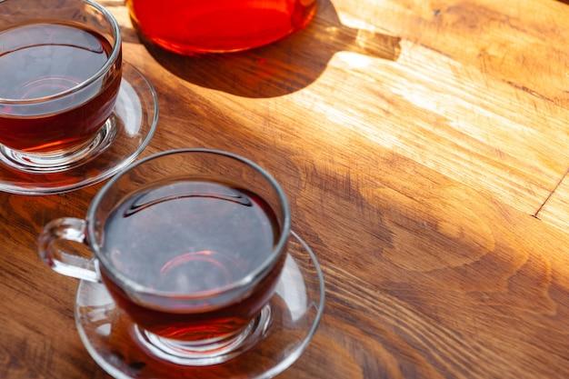 Чашка горячего чая на деревянном деревенском столе крупным планом