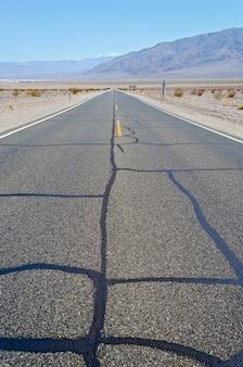 Горячая пустынная дорога в национальном парке долина смерти, сша
