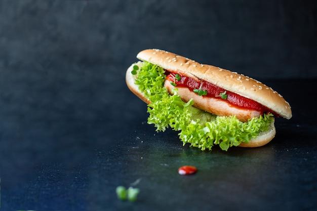Хот-дог фаст-фуд сэндвич с колбасой и томатным соусом из листьев салата
