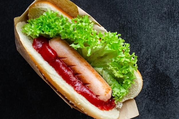 핫도그 패스트 푸드 소시지 샌드위치와 토마토 소스 양상추 잎