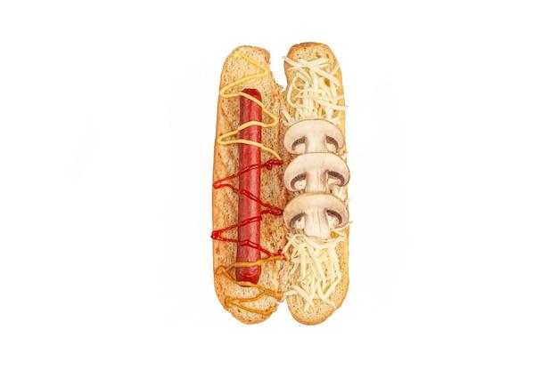 핫도그 재료. 자른 빵에는 소시지, 소스, 버섯, 모짜렐라 치즈 등의 재료가 들어 있습니다. 위에서 볼 수 있습니다. 흰색 배경. 외딴.