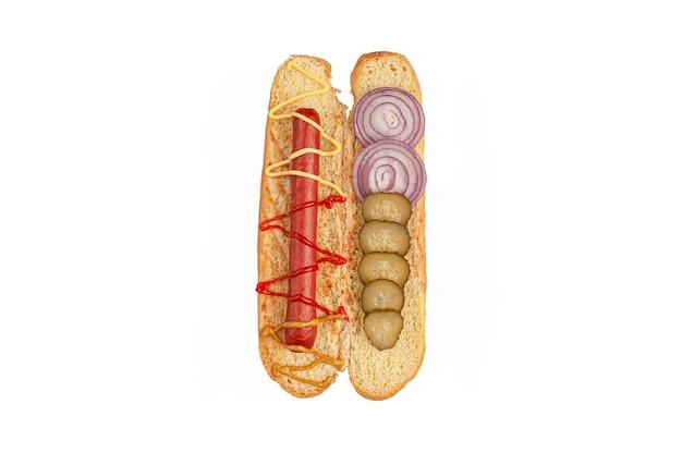 핫도그 재료. 자른 빵에는 소시지, 소스, 절인 오이, 양파와 같은 재료가 들어 있습니다. 위에서 볼 수 있습니다. 흰색 배경. 외딴.