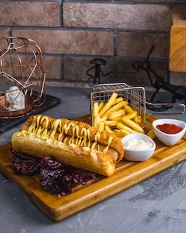 Сэндвич с хот-догом и картофелем фри