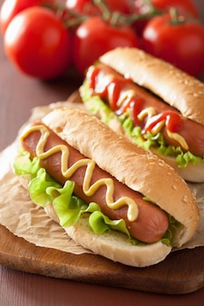 Хот-дог с кетчупом, горчицей и салатом