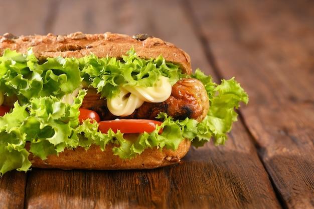 그린 샐러드와 소시지 튀김이 듬뿍 들어간 핫도그