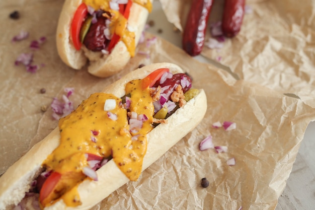 Hot dog con salsa sulla superficie bianca