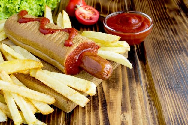 Хот-дог с колбасой и картофелем фри
