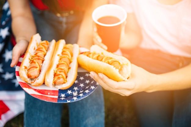 アメリカの旗を持つプレートのホットドッグ