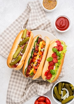 Hot dog con verdure e salse