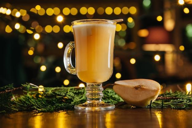 年末年始、クリスマス、冬、秋のホリデーにぴったりのホットドリンクカクテル。トディ。梨のサイダーまたはスパイスの効いたお茶または洋ナシのグロッグ。