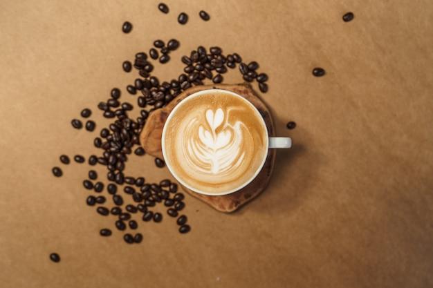 ホットドリンク、カップに入ったコーヒーラテ