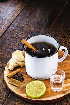 レモン、生姜、シナモンスティック、アニスまたはクローブを添えたカシャーサで作られた、「quentão」と呼ばれるブラジルの温かい飲み物