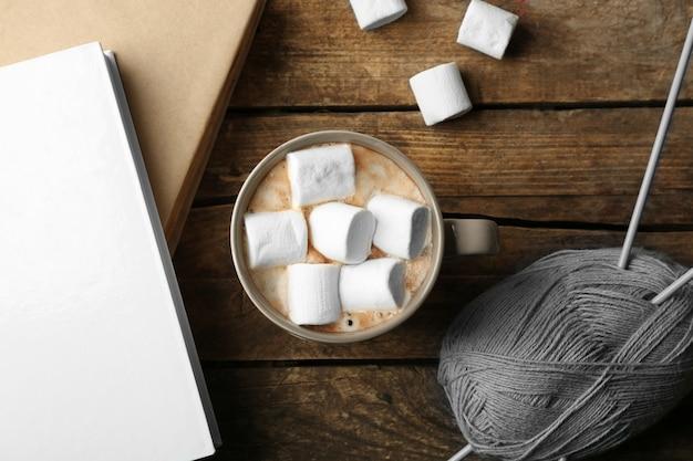 테이블에 마시멜로가 있는 뜨거운 음료, 위쪽 전망