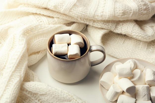 테이블에 마시멜로와 함께 뜨거운 음료