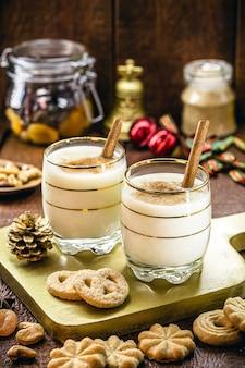 エッグノッグオールドマンミルクミルクとピスコモモコーラコキートと呼ばれるクリスマスの典型的なホットエッグノッグ